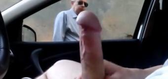 Punhetando para estranhos no carro