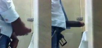 Negão dotado flagrado punhetando no banheiro