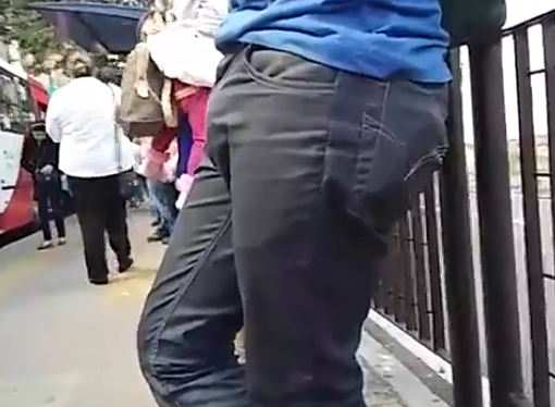 Amigo excitado no ponto de ônibus | DITADURA G » Sexo Gay Amador | Vídeos Gays | Xvideos Gay | XXX