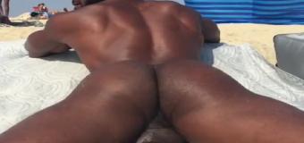 Negão na praia Nudismo