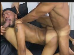 Sexo gay selvagem colocando passivo para se engasgar na piroca