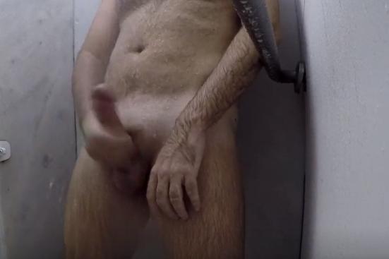 Homem pelado gozando na masturbação no banheiro