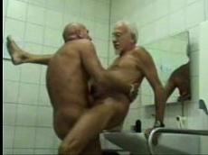 Velhos gays transando sem camisinha no banheirão
